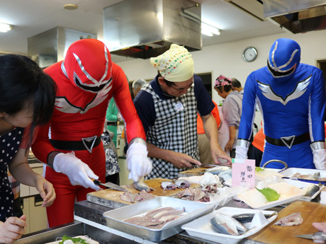 魚食船隊 魚レンジャーの「タコレッド」と「アジブルー」