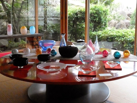 宇部のギャラリーで「グラスアート8人展」 ガラス作品600点で涼やかに