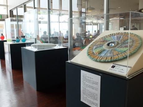 「現代ガラス展」の受賞作品が並ぶ