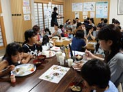 宇部の寺で「みんにゃ食堂」 相席で多世代交流、195人が来場
