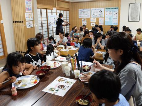 西法寺に隣接する会館2階を会場に、食事を無料提供する