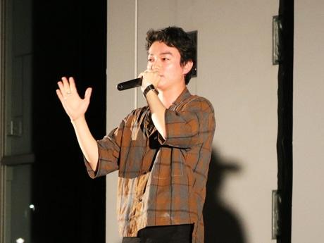 上映前に舞台あいさつする染谷将太さん
