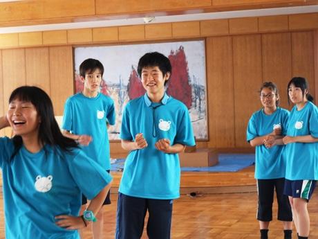 練習に励む宇部高校演劇部の生徒たち