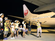 山口宇部空港で「夜の航空教室」 JALの地域貢献活動、コックピット見学も