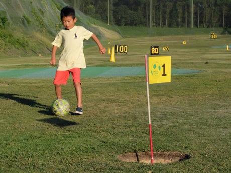フットゴルフを楽しむ参加者