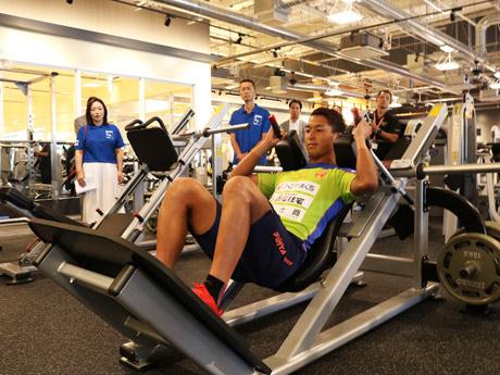 「ゴールドジム山口宇部」でマシンを体験するレノファ山口FCの山田選手