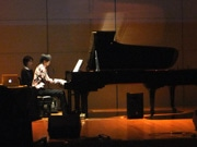 美祢・秋吉台でピアノコンサート「断蜜と脳蜜」 多彩な演出で「現代音楽」披露