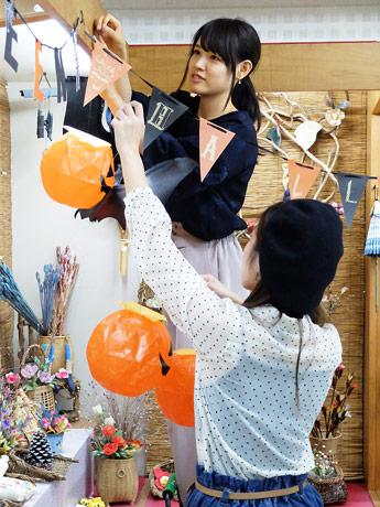「秋芳館 湧水亭」を飾り付ける山口大学の学生