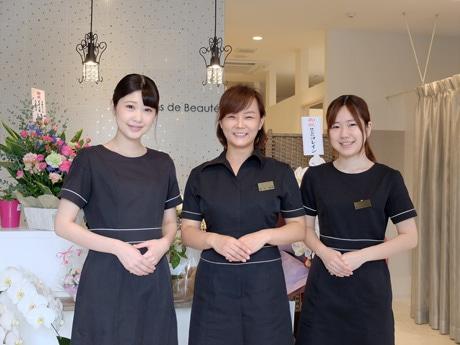 オーナーエステティシャンの碧村さんとチーフの吉田恵さん、友井田梨奈さん