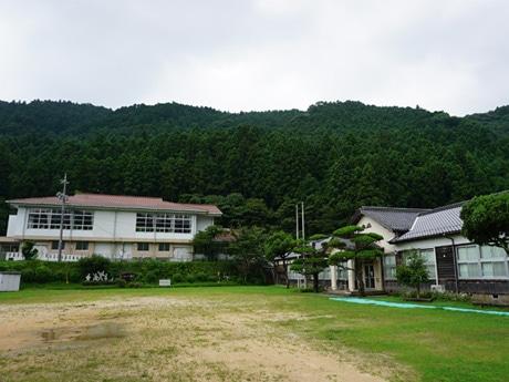 写真左奥に見えるのが体育館、右が校舎(写真提供=美祢フィルム・コミッション)