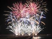 山陽小野田・埴生漁港で「お祝い夢花火」 節目の20回開催、過去最多8000発
