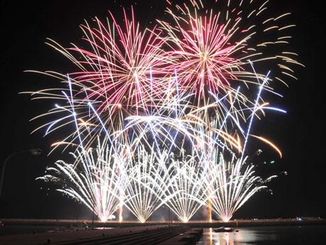 埴生漁港で行われる秋の花火大会「お祝い夢花火」(写真は前回の様子)