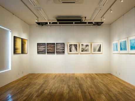 2人の作品を展示する同店のギャラリー