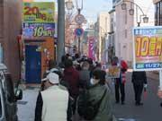 年末ジャンボ発売初日、宇部「奇跡の売り場」に行列 奇跡の再来願い、神事も