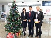 山口宇部空港・JALカウンター前に「鶴の恩返しツリー」 宇部高生が感謝伝える