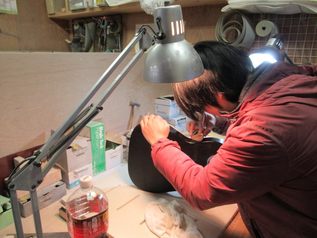「プロビジョンギター」の工房では職人が手作業で製作を行う