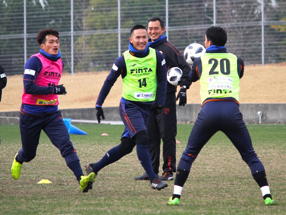 初練習で笑顔を見せるレノファ山口の選手たち