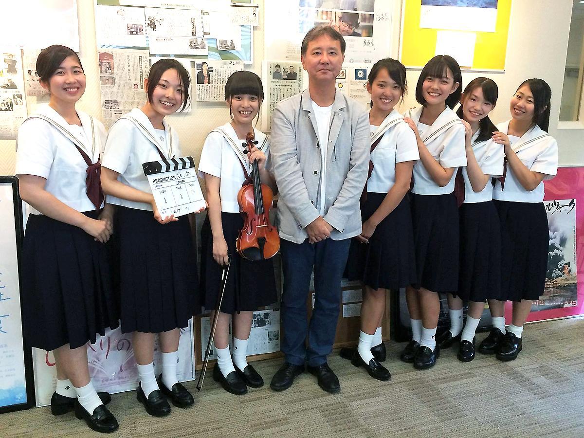 柴口勲監督と梅光学院の生徒たち