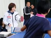卓球の石川佳純選手、宇部の中学校で「子ども夢教室」 鋭いサーブも披露
