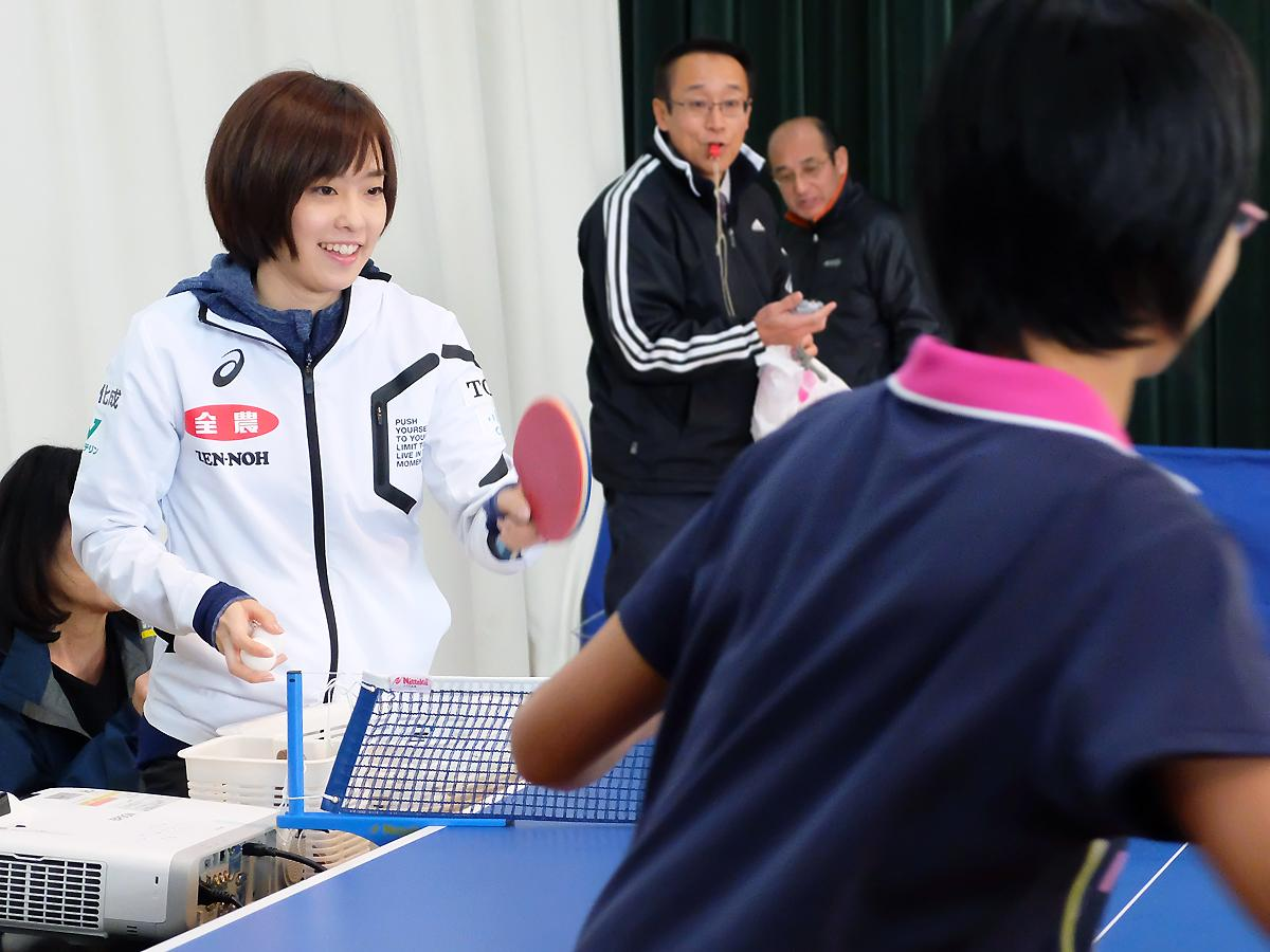卓球部の生徒たちと和やかに実演する石川佳純選手