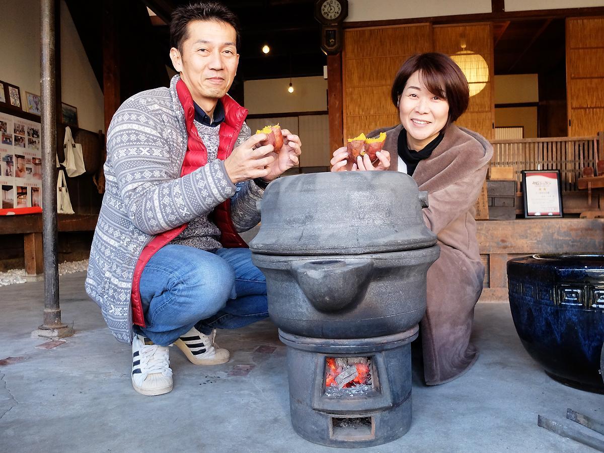 焼き芋器を囲む正代さん(左)と古河さん