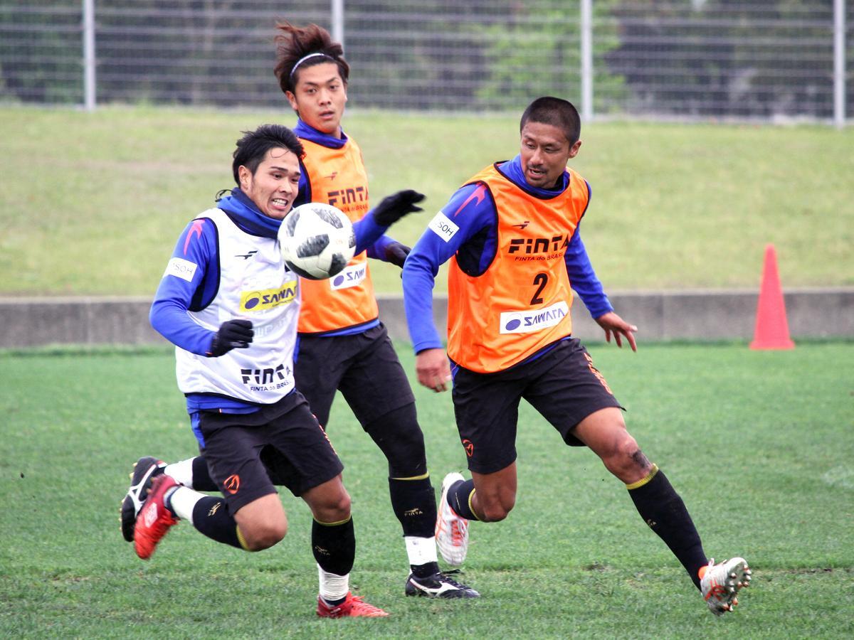 小雨が降る中で練習に励む選手たち