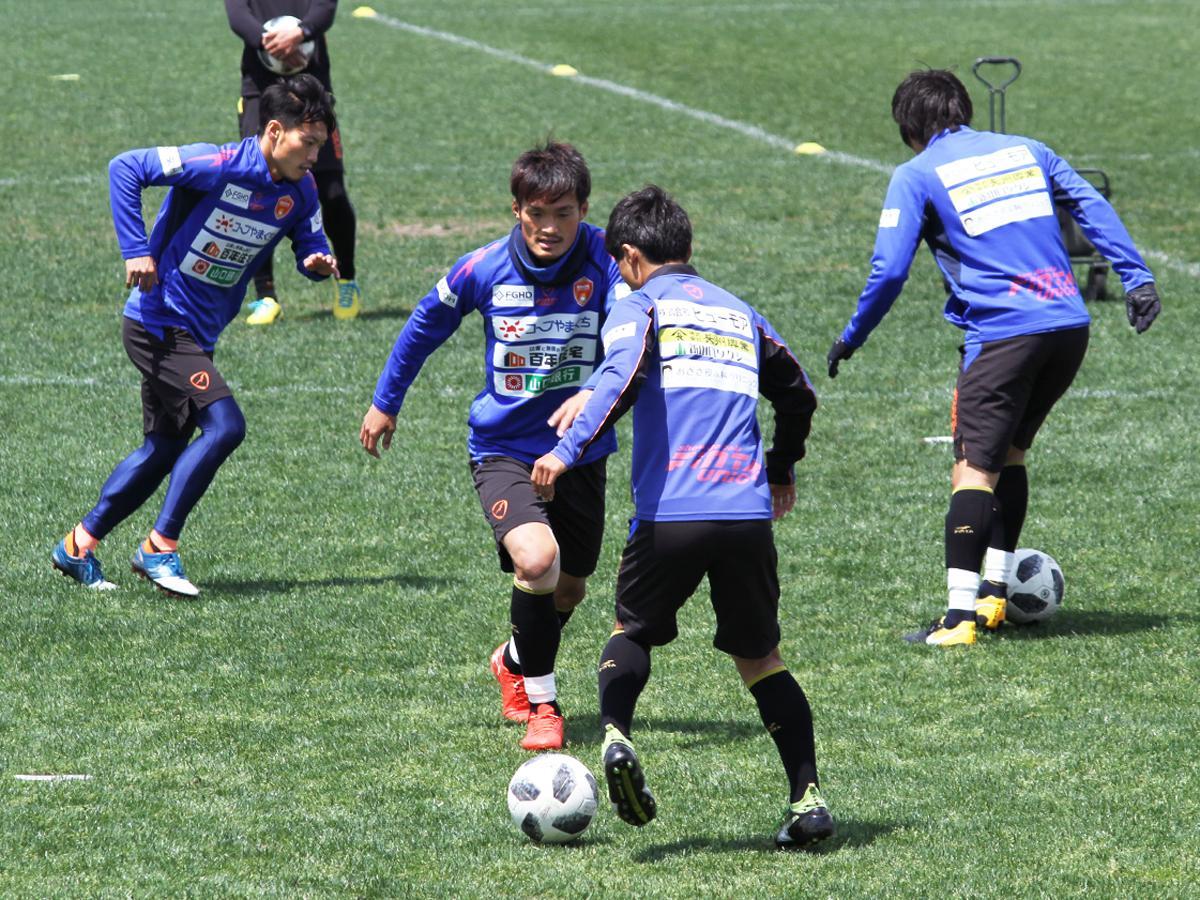 県立おのだサッカー交流公園で練習する選手たち