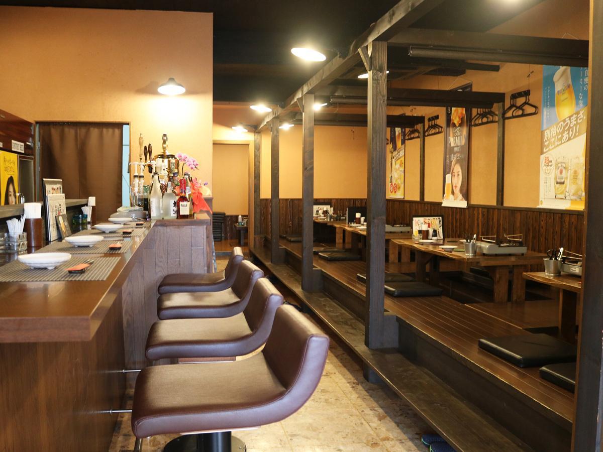 中央町エリア内で移転リニューアルした居酒屋「賑や」店内