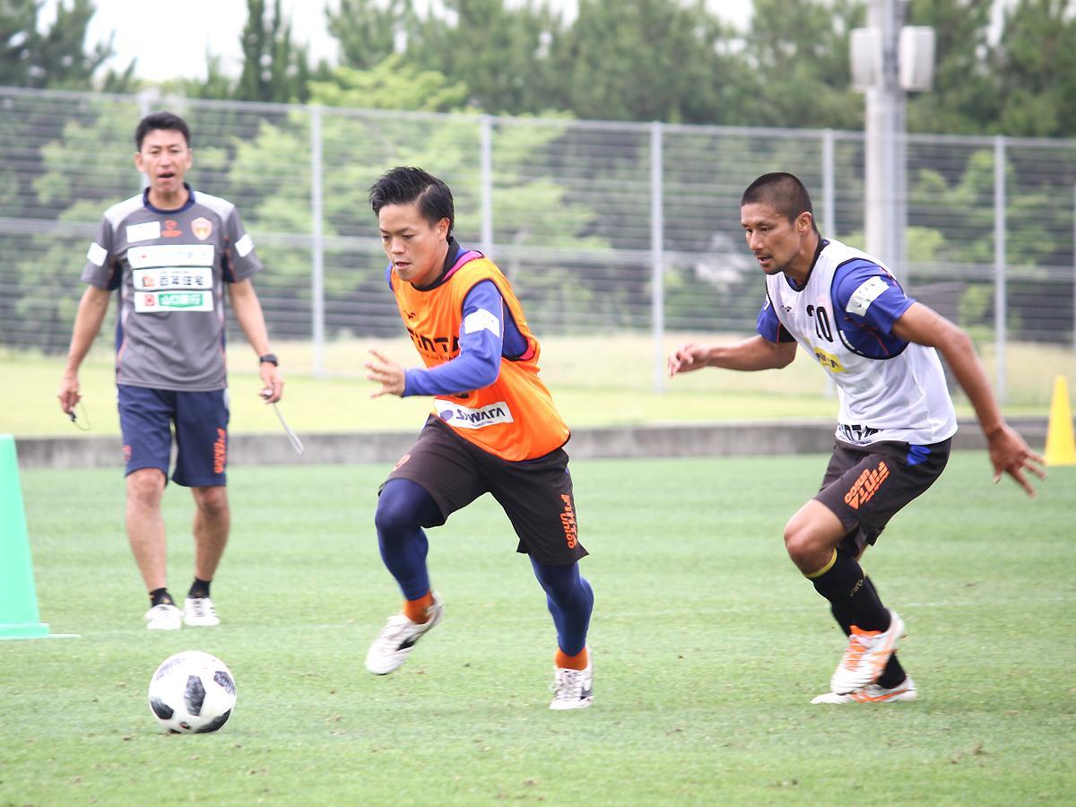 練習に励む大﨑淳矢選手(写真中央)と、坪井慶介選手(右)
