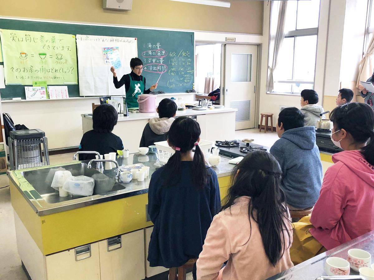 才木さんが2月に見初小学校で行った「茶育授業」の様子