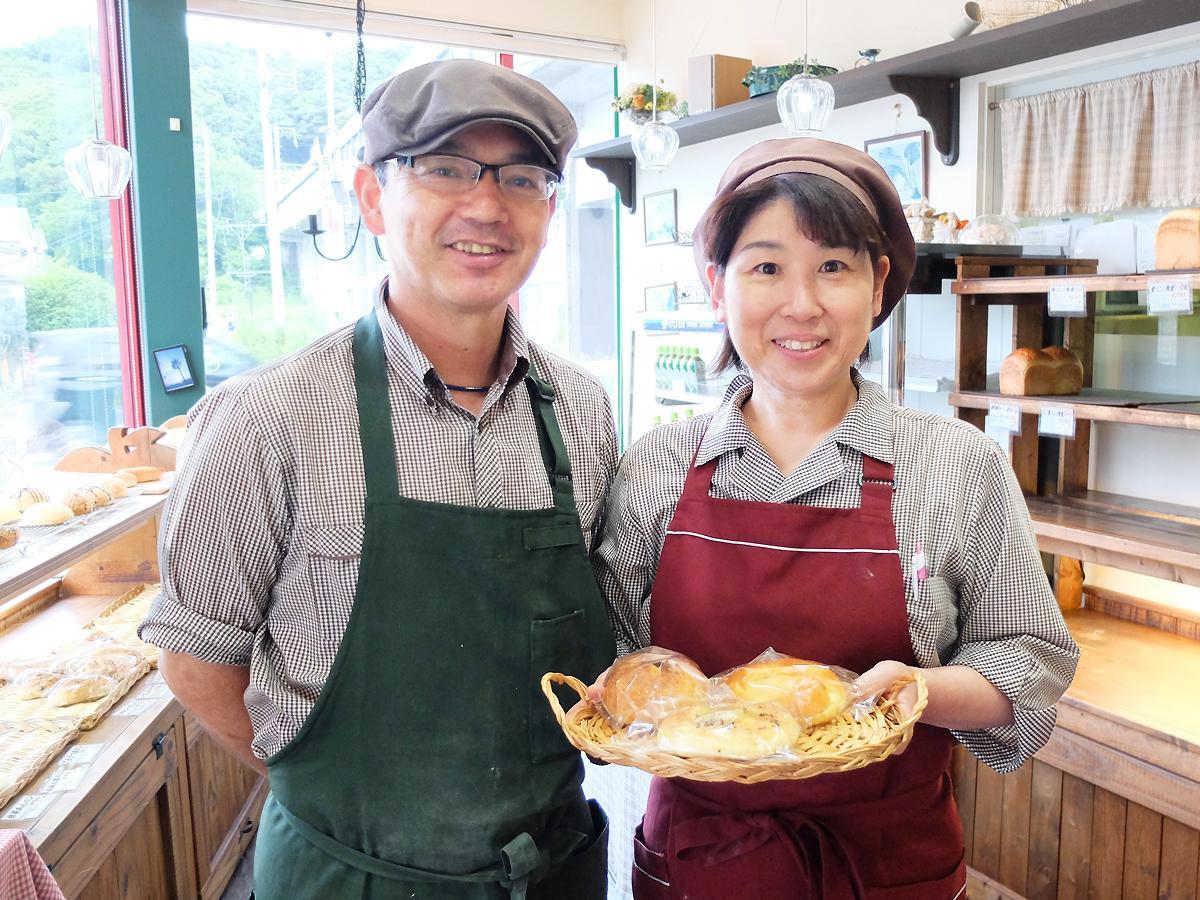 手作りのパンを提供してきた弘文さん(写真左)と、妻・利恵さん