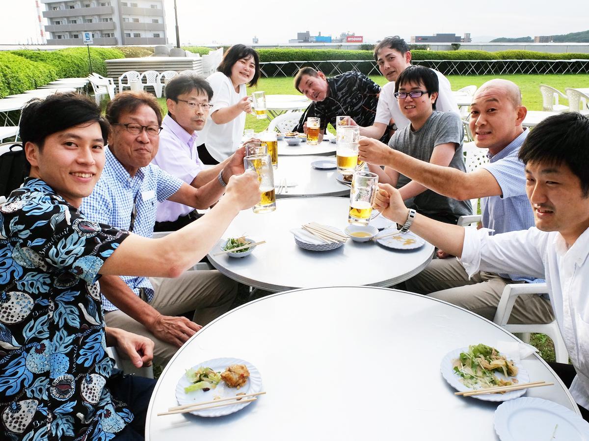 職場仲間で集まって乾杯するビジネスマングループ