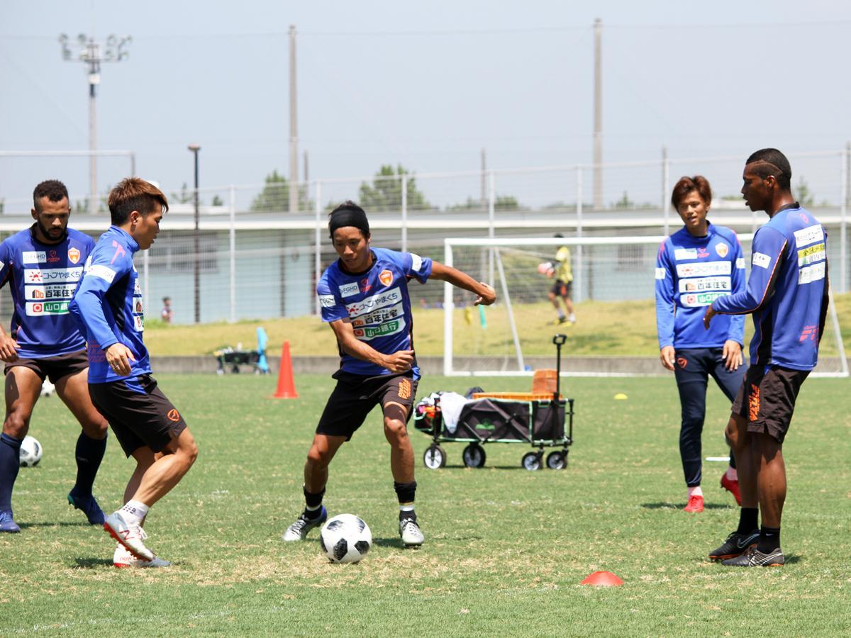 猛暑に負けず、練習に励むレノファの選手たち