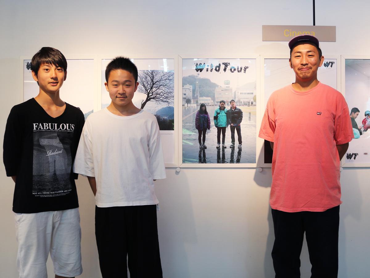 三宅唱監督と、出演者の地元高校生・栗林さんと安光さん(右から)