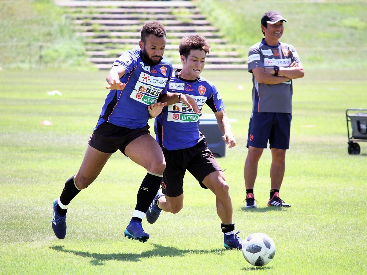 (写真右から)練習に取り組む霜田正浩監督、廣木雄磨選手、ヘナン選手
