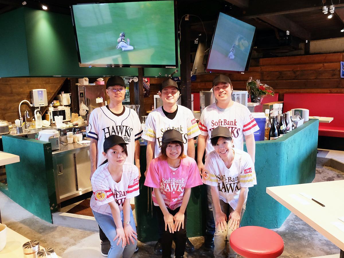 「面白みある居酒屋で、地元を活性化したい」と山本さん(後列左)