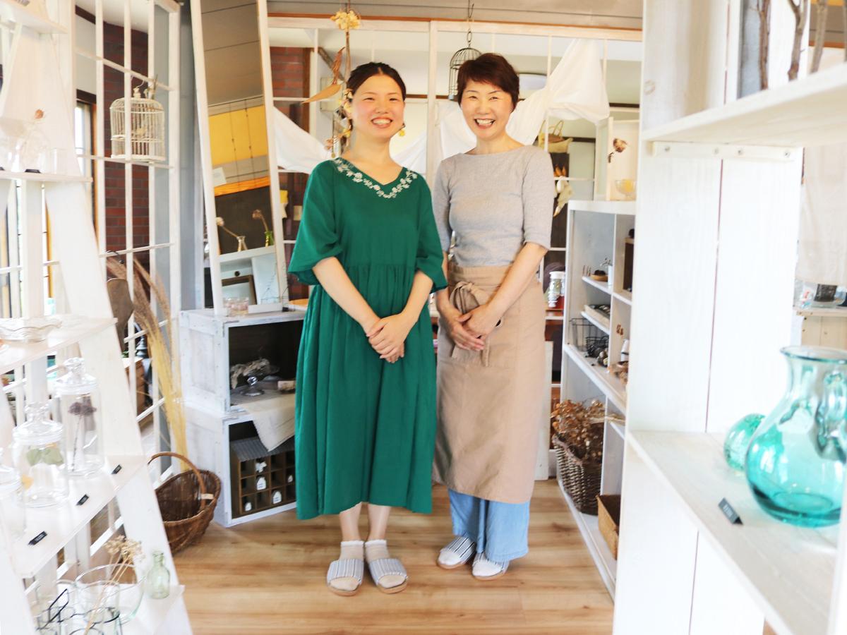 「心が少し豊かになる空間やものを提供していきたい」と話す西田有希さん(左)と母の高子さん