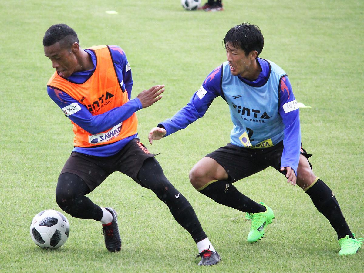 「きらら博記念公園」で練習するオナイウ阿道選手(写真左)と佐藤健太郎選手