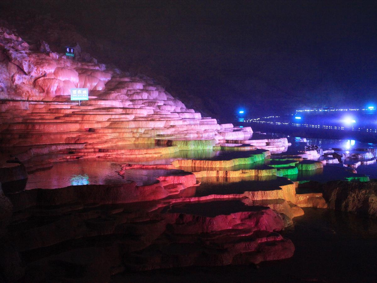 美祢・秋芳洞を七色に照らす「光響ファンタジー」 初のプロジェクションマッピングも