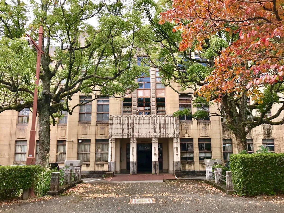 昭和の趣が残る会場の「山口県春日山庁舎」