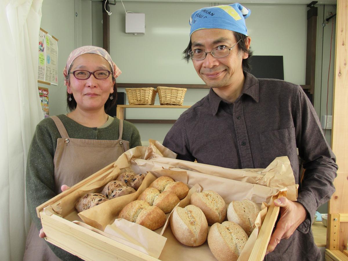 手作りのパンを販売する札場良年さんと妻の倫江さん