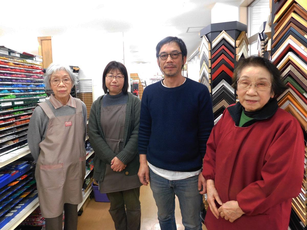 「ふじた画房」店主の藤田和子さん(写真左)と従業員の皆さん