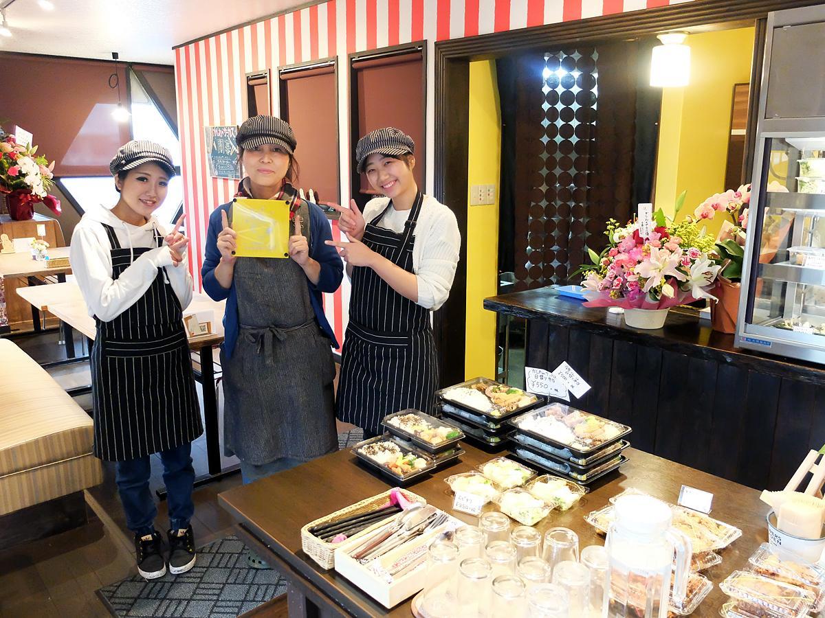 「温かみある手作りの味を喜んでもらえれば」と話す藤井さん(写真中央)