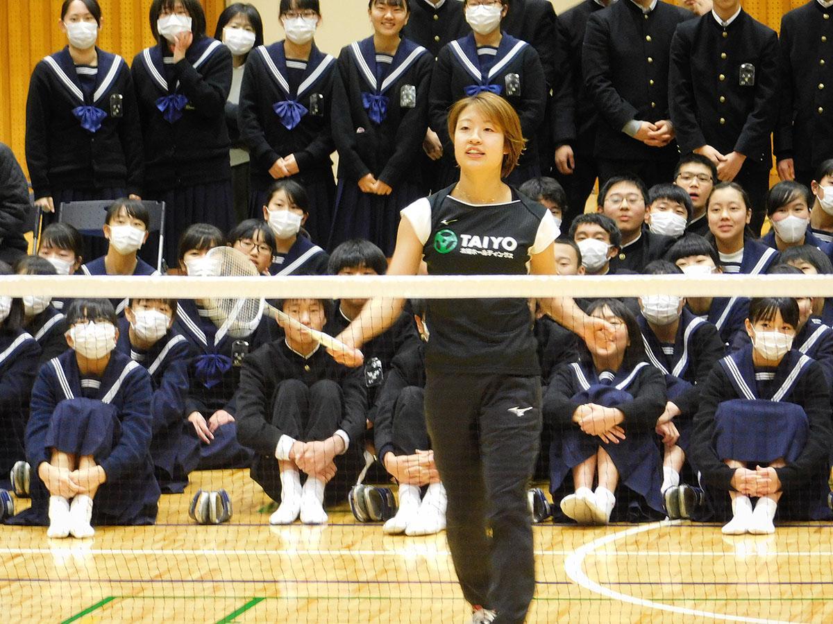 生徒の前で実演を披露する奥原選手