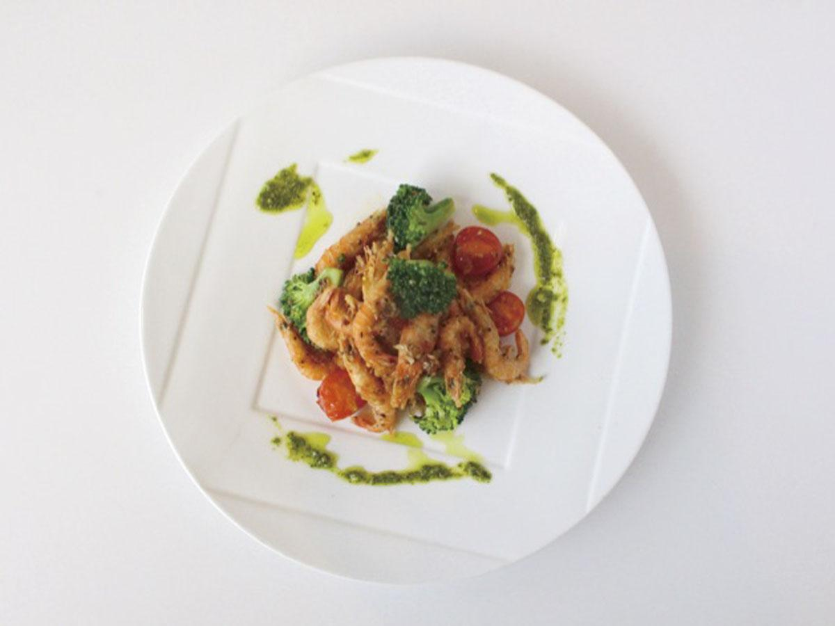 洋食店「メリメロ」が提供する「ブトエビと季節野菜のガーリックシュリンプ」