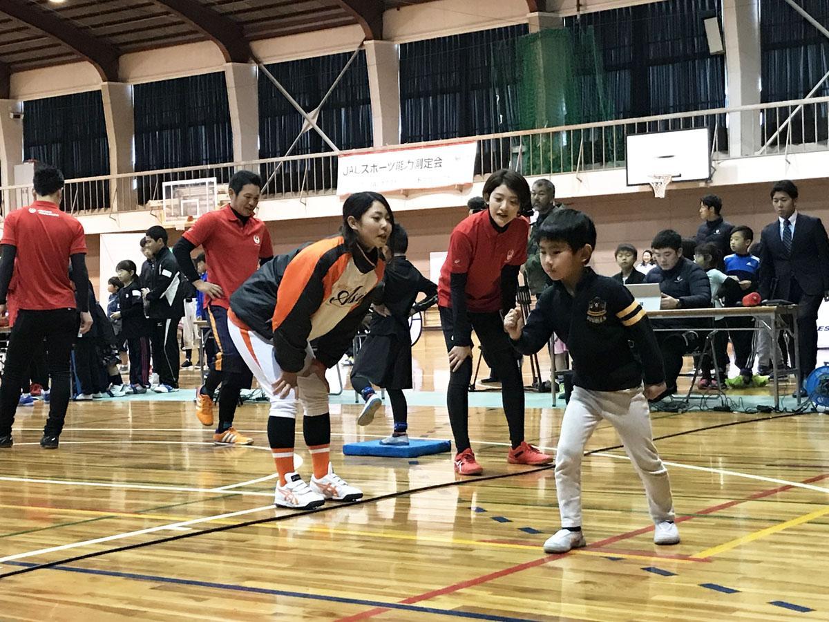 宇部出身の女子プロ野球選手・磯崎さんらと体力測定に臨む子どもたち(提供写真)