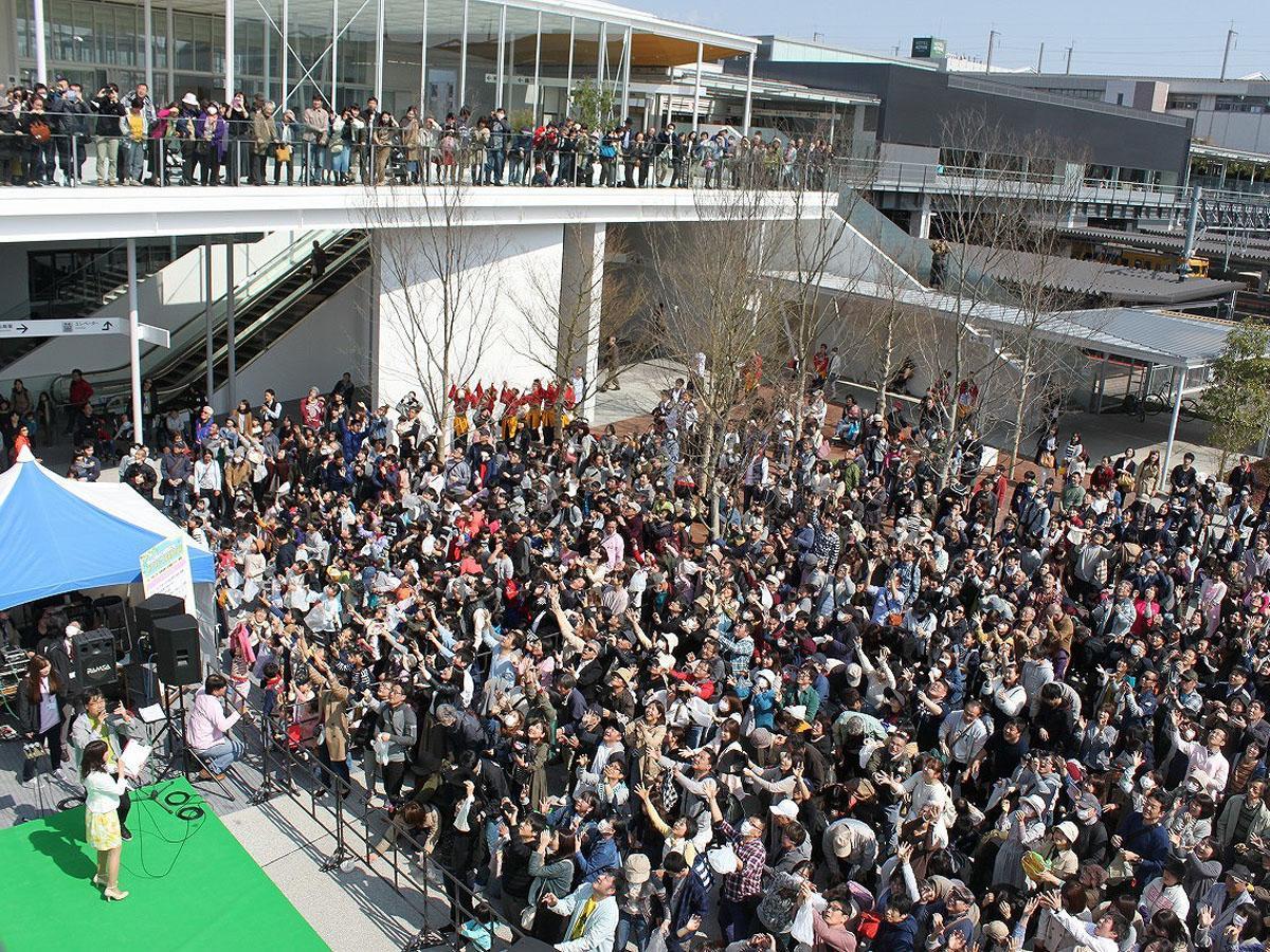 昨年の駅前広場オープニングイベントの様子(提供写真)