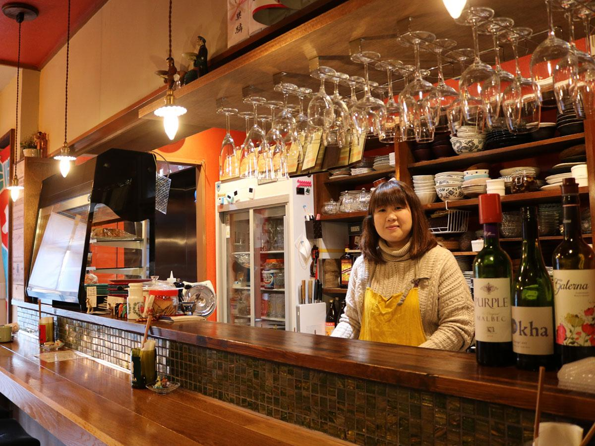 「食べて飲んで元気になってほしい」と話す店主の小林由羽さん