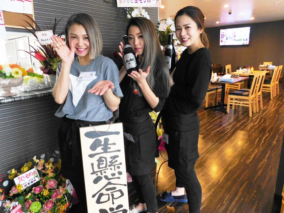 笑顔で店を切り盛りする真悠さんと萌花さん、唯さん(左から)