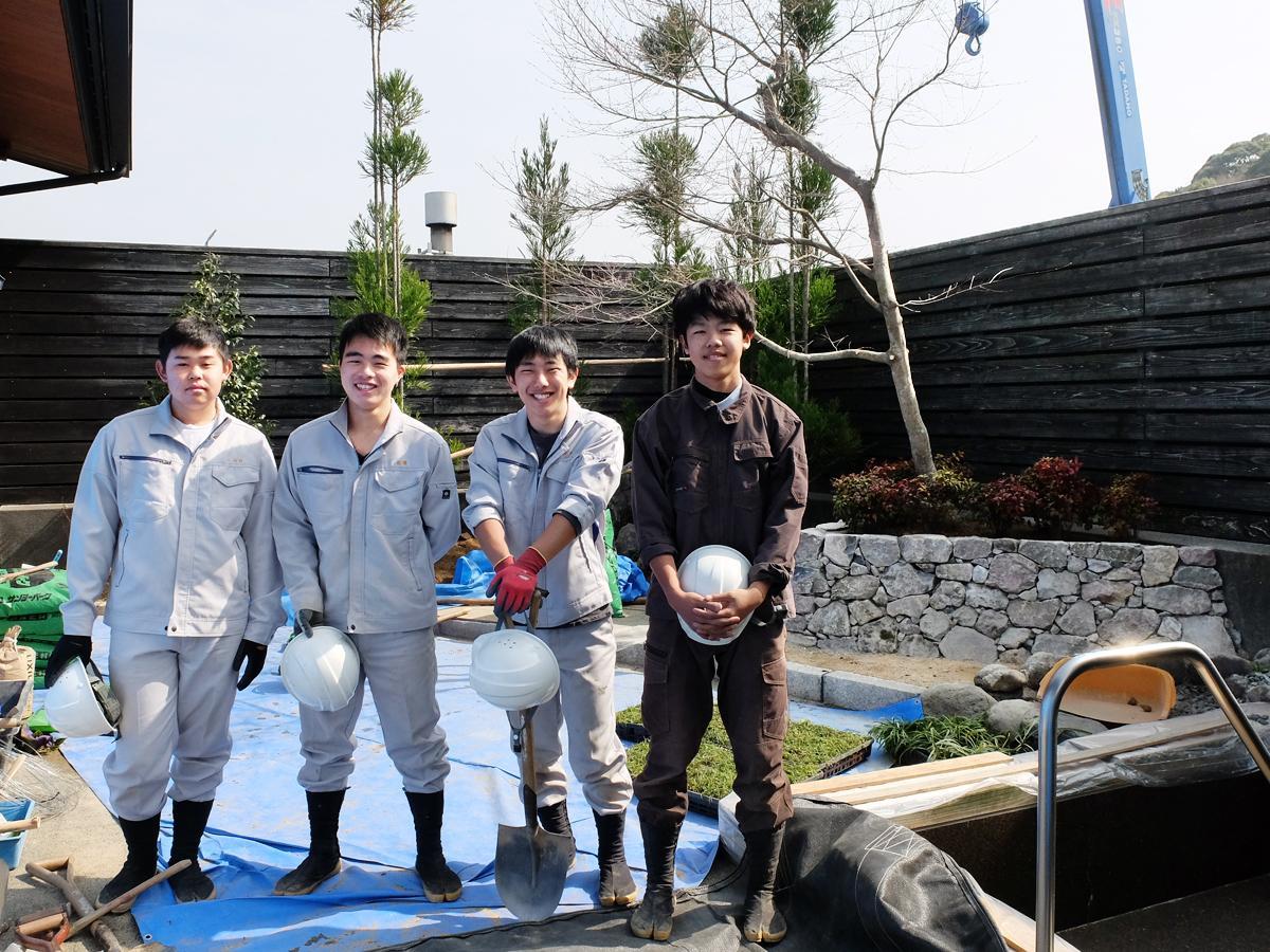 露天風呂の庭園を改修した宇部西高生。写真左から山口さん、近藤さん、花田さん、岩本さん